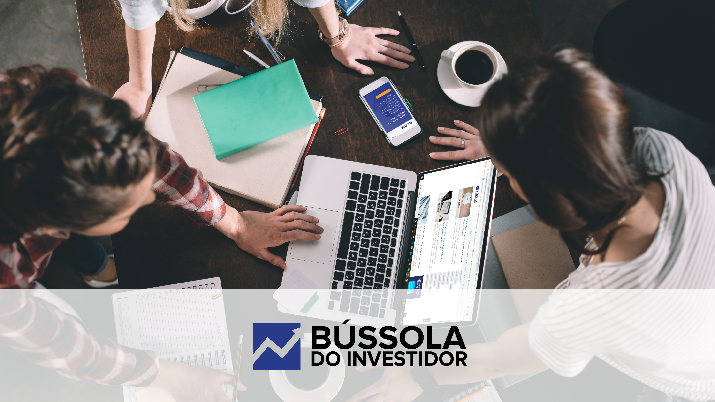 Três jovens reunidos lendo sobre estratégia de investimento no blog da Bússola