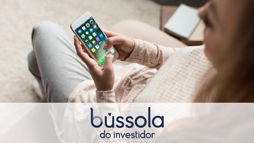 Mulher mexendo nos aplicativos financeiros do celular