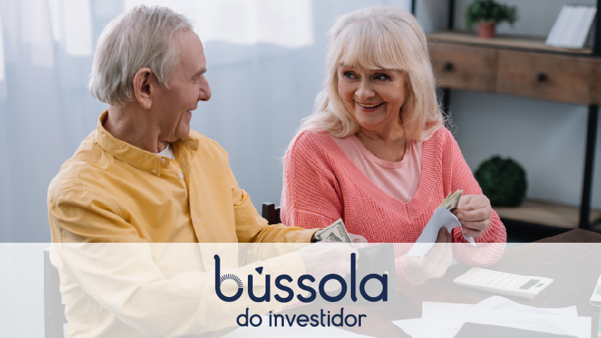 Dois idosos conversando sobre conta conjunta ou separada