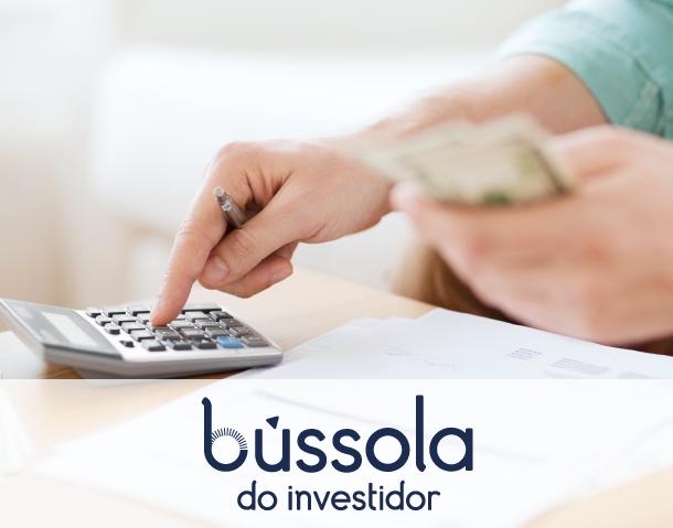 Pessoal calculando o prejuízo em ações. Blog Bússola do Investidor.