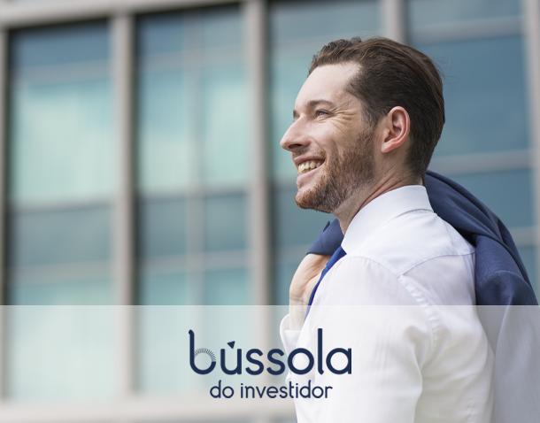 Homem sorrindo após ganhar dinheiro investindo