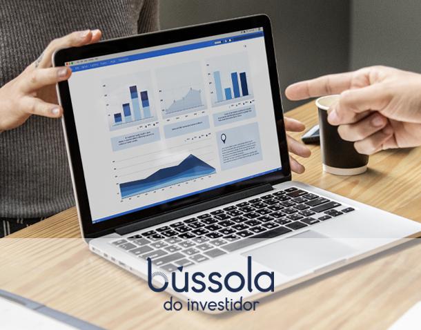 Computador mostra alguns gráficos representando múltiplos de empresas