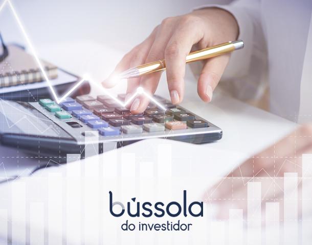 Mão calculando taxas para investir