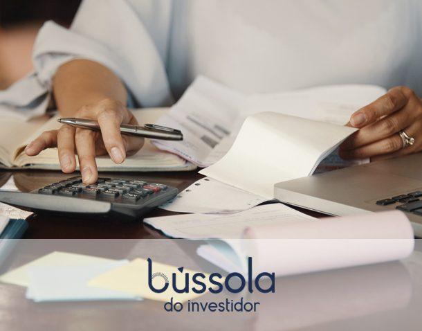Pessoa calculando como declarar investimentos