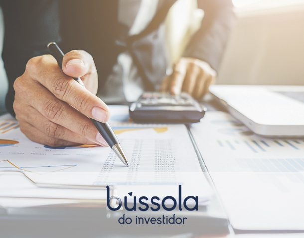 Mão no papel analisando investimentos em alta